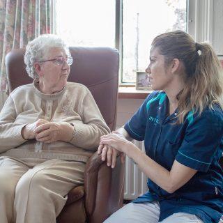 medewerker-met-client-persoonlijke begeleiding-internos-thuiszorg
